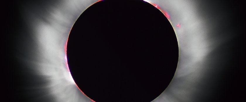 1999年8月11日の皆既日食で見られたコロナ